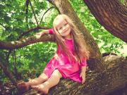 Ağaçtaki Pembeli Kız Yapbozu Oyna
