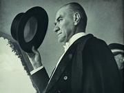 Atatürk ve Şapkası Oyna