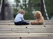 Ayısı ile Oynayan Çocuk Yapbozu Oyna
