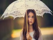 Beyaz Şemsiyeli Kız Yapbozu Oyna