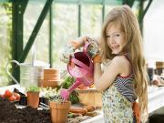 Çiçek Sulayan Kız Yapbozu Oyna