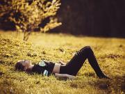 Çimlere Uzanan Kız Yapbozu Oyna