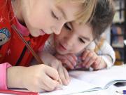 Ders Çalışan Çocuklar Yapbozu Oyna