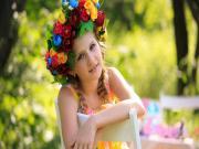Güzel Kızın Çiçek Tacı Yapbozu Oyna
