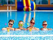 Havuzbaşındaki Çocuklar Yapbozu Oyna