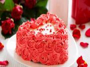 Kırmızı Güllerle Süslü Kalp Pasta Yapbozu Oyna