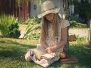 Kitap Okuyan Kız Yapbozu Oyna