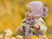 Kuru Yapraklar Üzerindeki Bebek Yapbozu Oyna