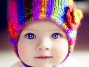 Renkli Şapkalı Mavi Gözlü Bebek Yapbozu Oyna