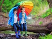 Renkli Şemsiye ve Çocuklar Yapbozu Oyna
