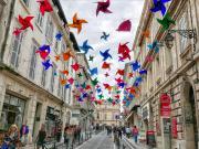 Rüzgar Gülleri ile Süslenmiş Sokak Yapbozu