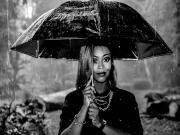 Şemsiyeli Kadın Yapbozu Oyna