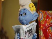 Süslü Şirin Gazete Okuyor Yapbozu Oyna